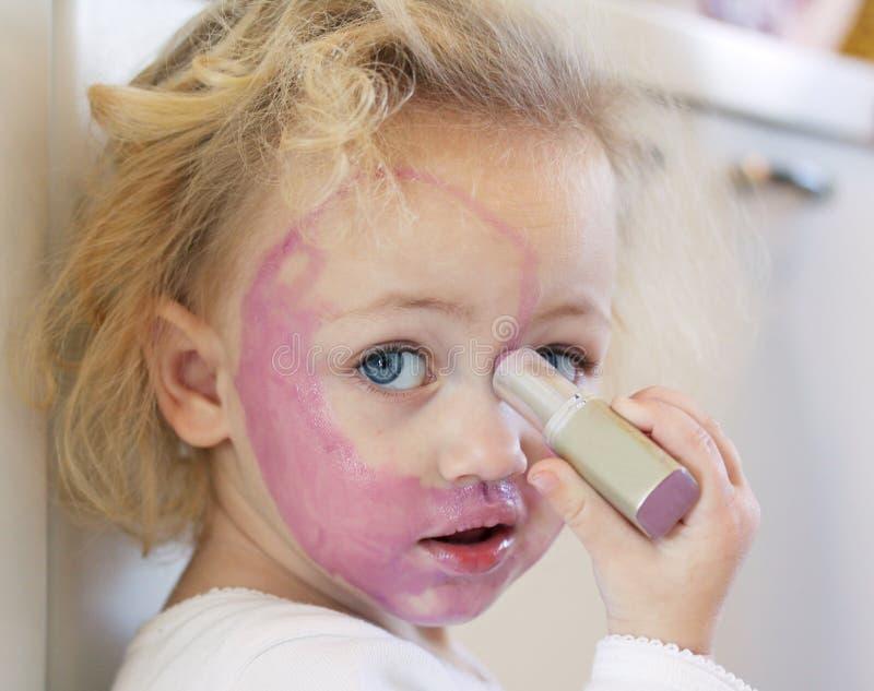 Kind abgedeckt im Lippenstift lizenzfreie stockfotografie
