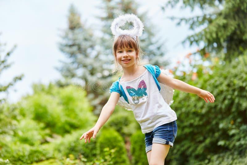 Kind als Engel für Theaterspiel stockfotos