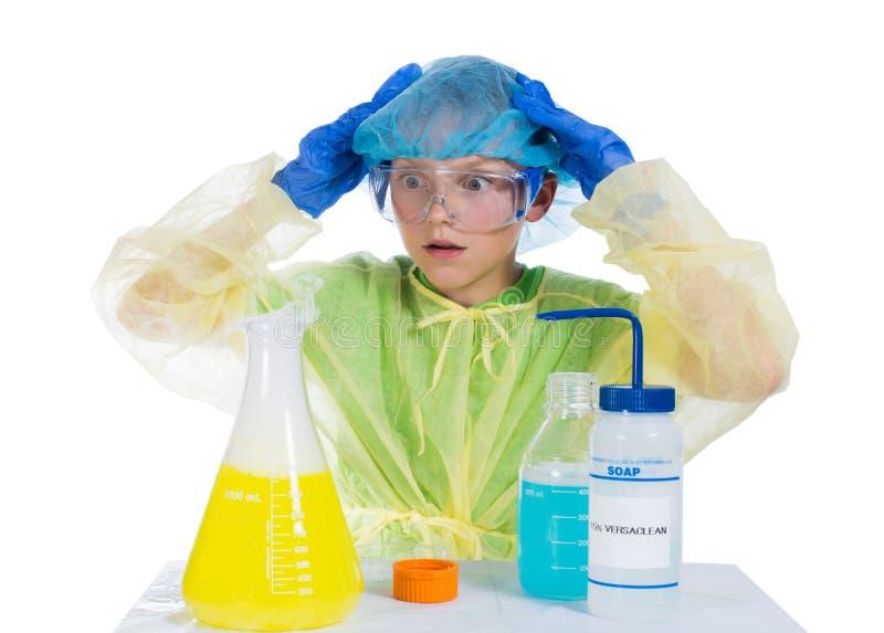 Kind angst aan wordt gejaagd van wat hij als resultaat van chemische expe die verkreeg royalty-vrije stock afbeelding