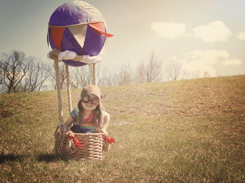 Kind auf Abenteuer-Reise im Heißluft-Ballon lizenzfreie stockfotografie