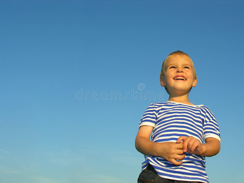 Kind auf blauem Himmel stockfoto