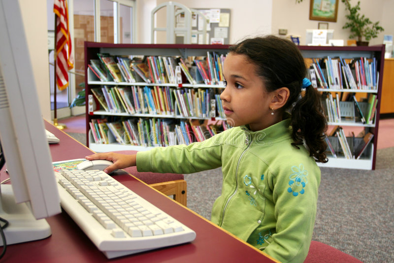 Kind auf Computer stockbild