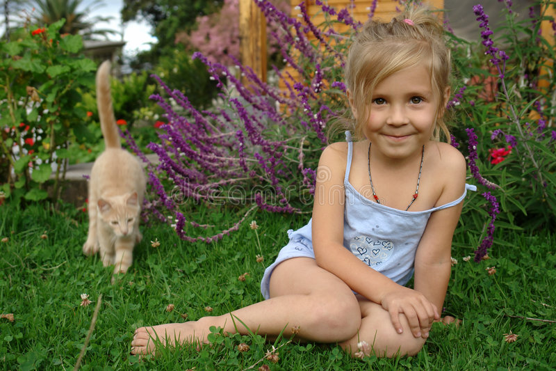 Kind auf dem Gras stockfoto