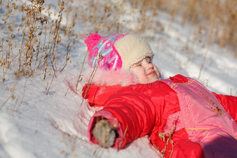 Kind auf dem Schnee lizenzfreies stockfoto