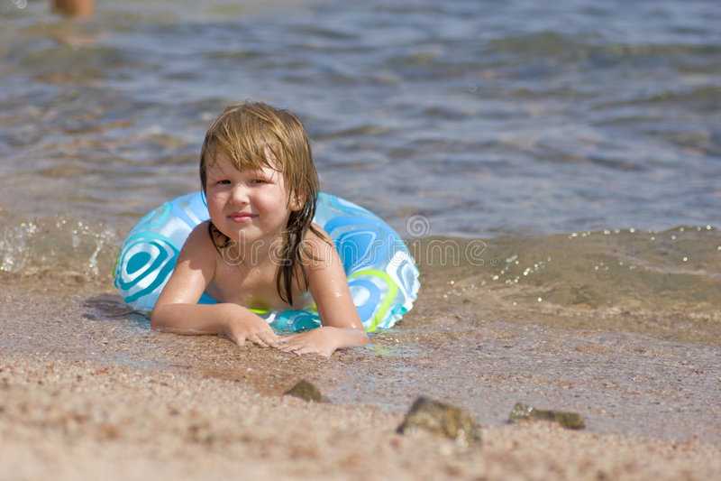 Kind auf dem Strand lizenzfreie stockbilder
