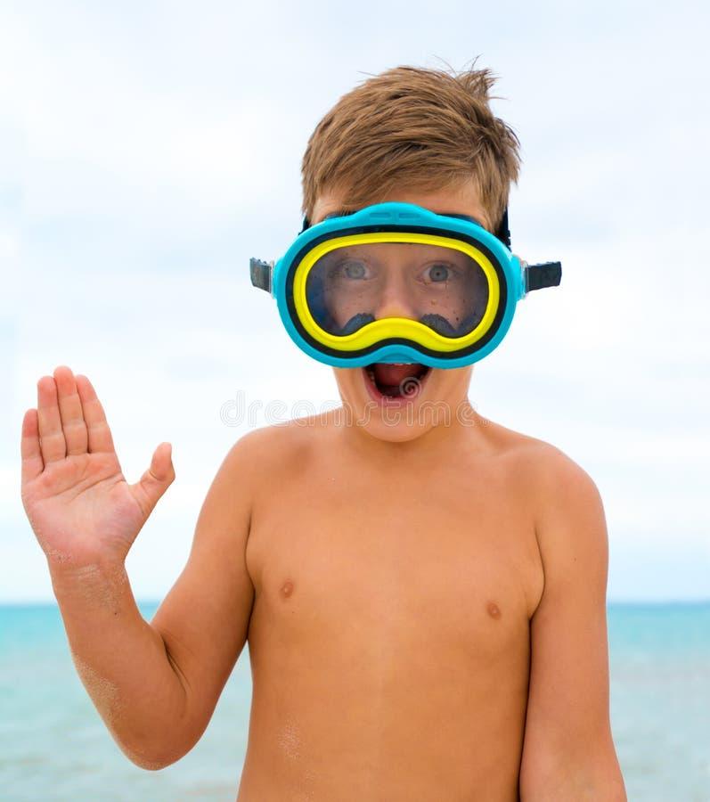 Kind auf dem Strand mit Schwimmenmaske lizenzfreie stockfotografie