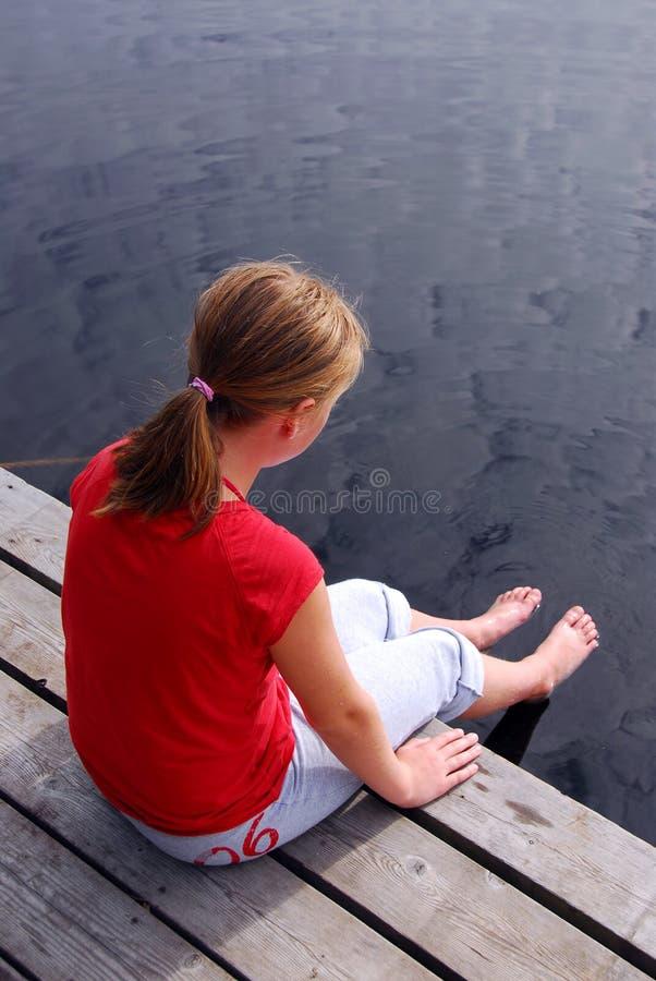 Kind auf Dock stockbild