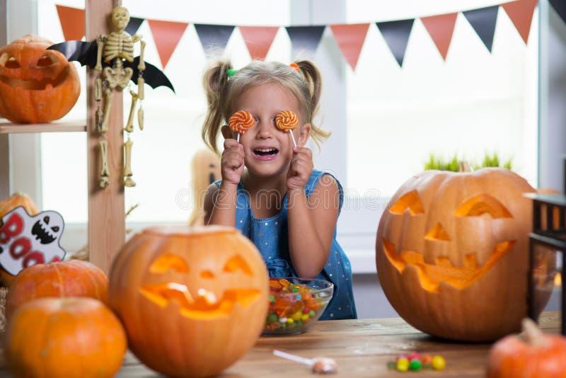 Kind auf einem Halloween-Fest mit Kürbisen stockfotografie