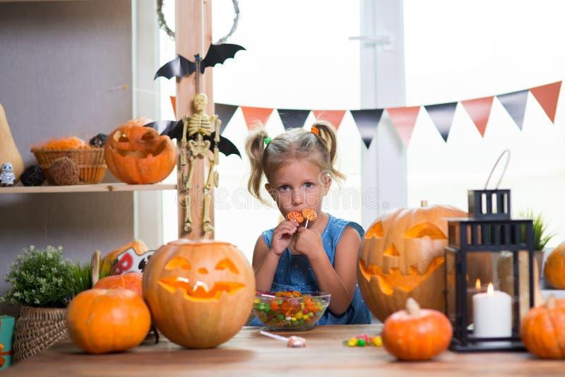 Kind auf einem Halloween-Fest mit Kürbisen lizenzfreie stockfotos