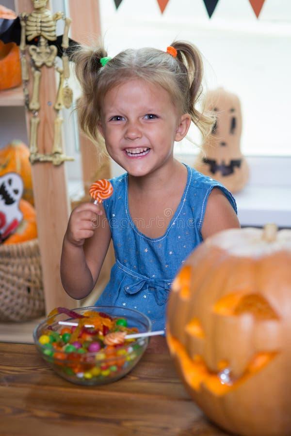 Kind auf einem Halloween-Fest mit Kürbisen stockfotos