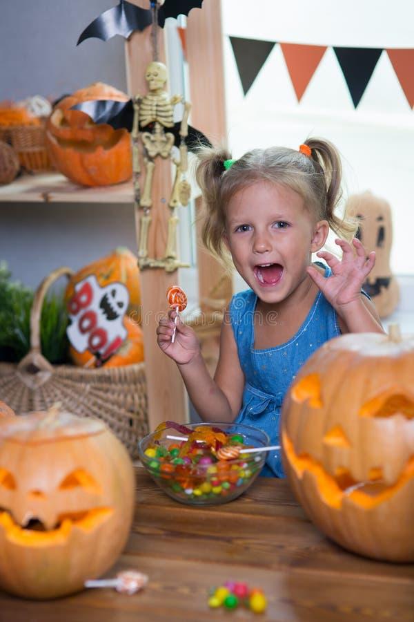 Kind auf einem Halloween-Fest mit Kürbisen lizenzfreie stockfotografie