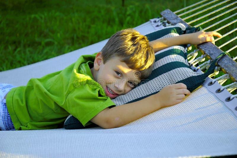 Kind auf einer Hängematte stockbild