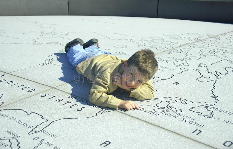 Kind auf einer Steinkarte lizenzfreies stockbild