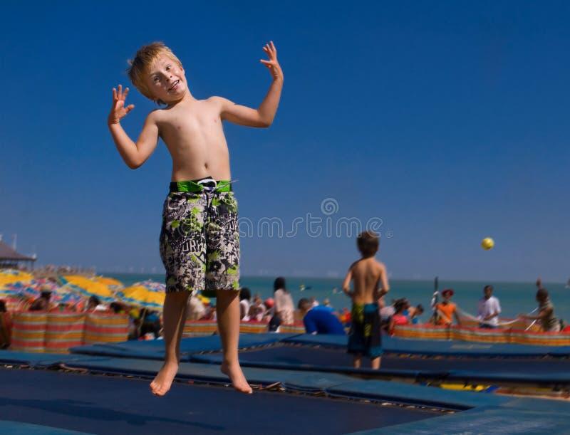 Kind auf einer Trampoline. stockbild