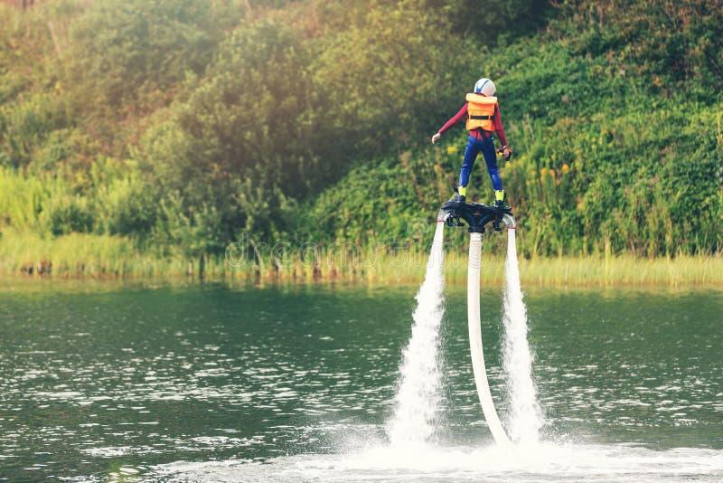 Kind auf flyboard Schwebeflug in der Luft lizenzfreie stockbilder