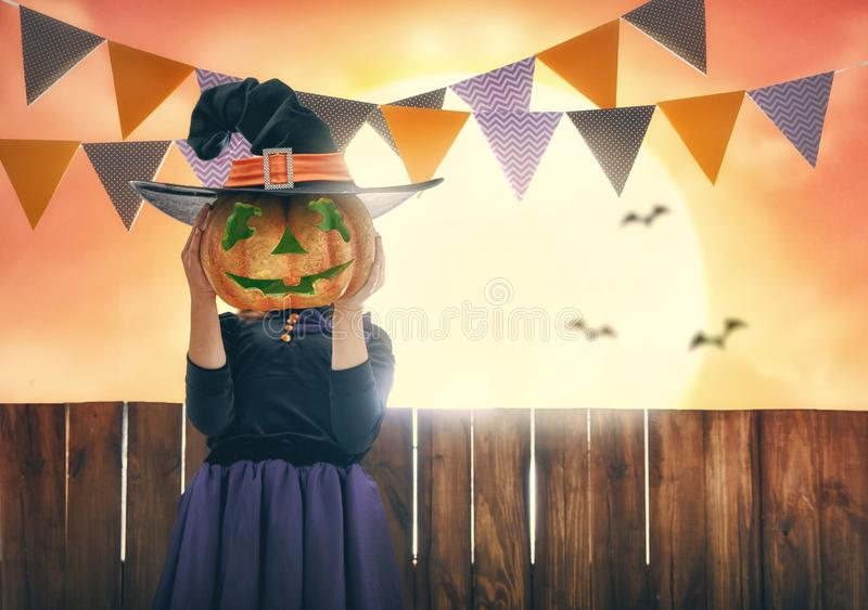 Kind auf Halloween lizenzfreies stockbild