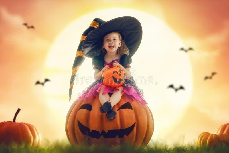 Kind auf Halloween lizenzfreie stockbilder