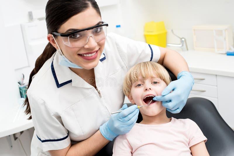 Kind auf ihrer zahnmedizinischen Kontrolle stockfoto