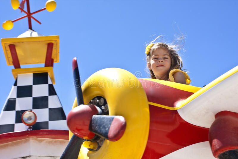 Kind auf Karnevals-Fahrt lizenzfreies stockbild