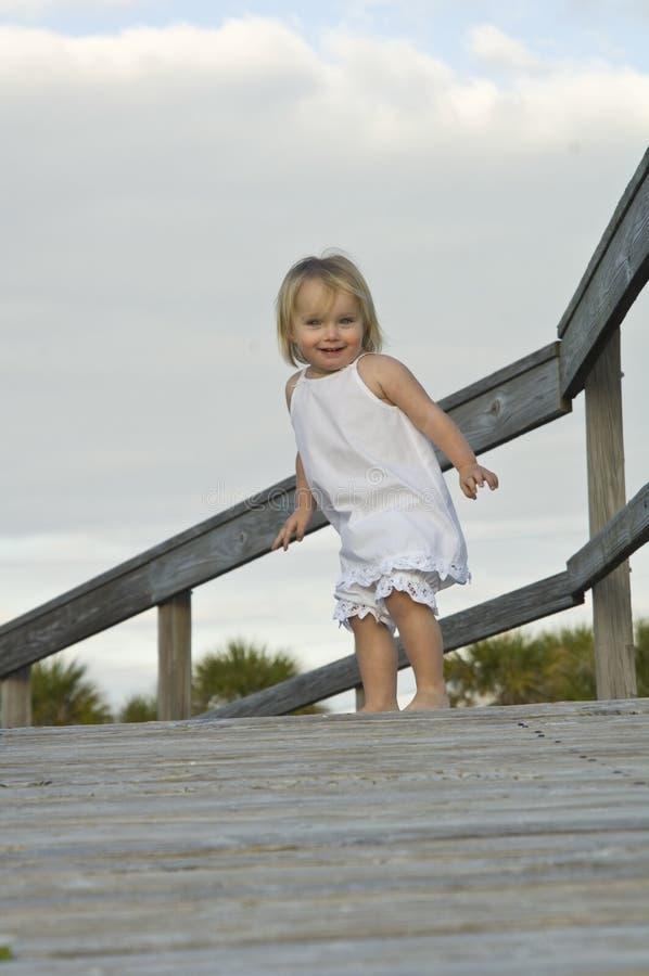 Kind auf Promenade stockfotografie