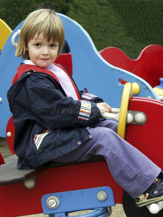Kind auf Schwingpferd lizenzfreie stockfotografie