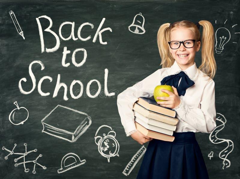 Kind auf Tafel-Hintergrund, zurück zu Schulkreide-Zeichnungen stockfoto