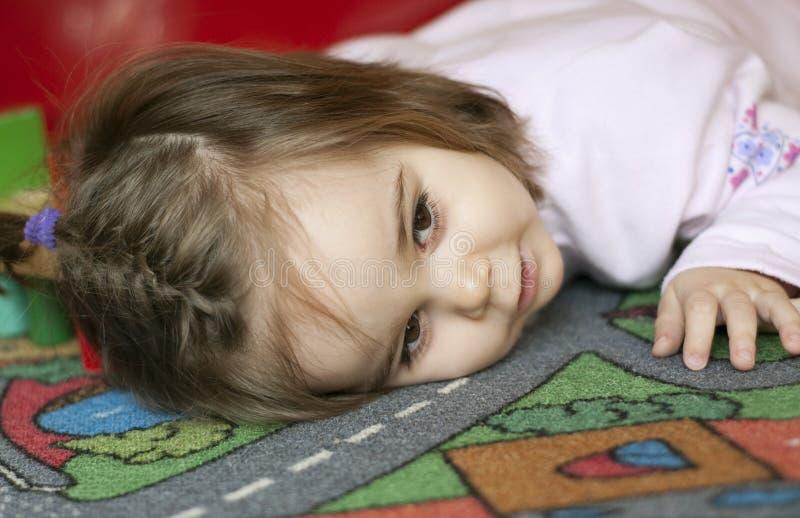Kind auf Teppich stockfotos