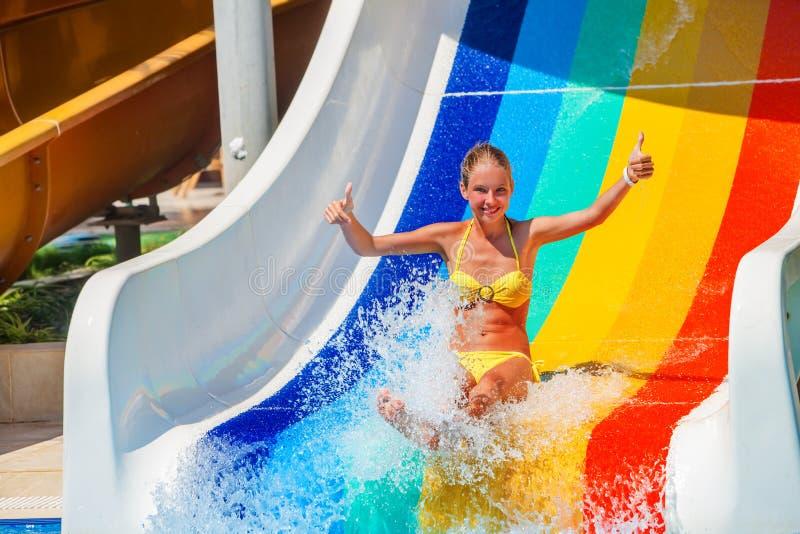 Kind auf Wasserrutschen an aquapark Show greifen oben ab stockfotos