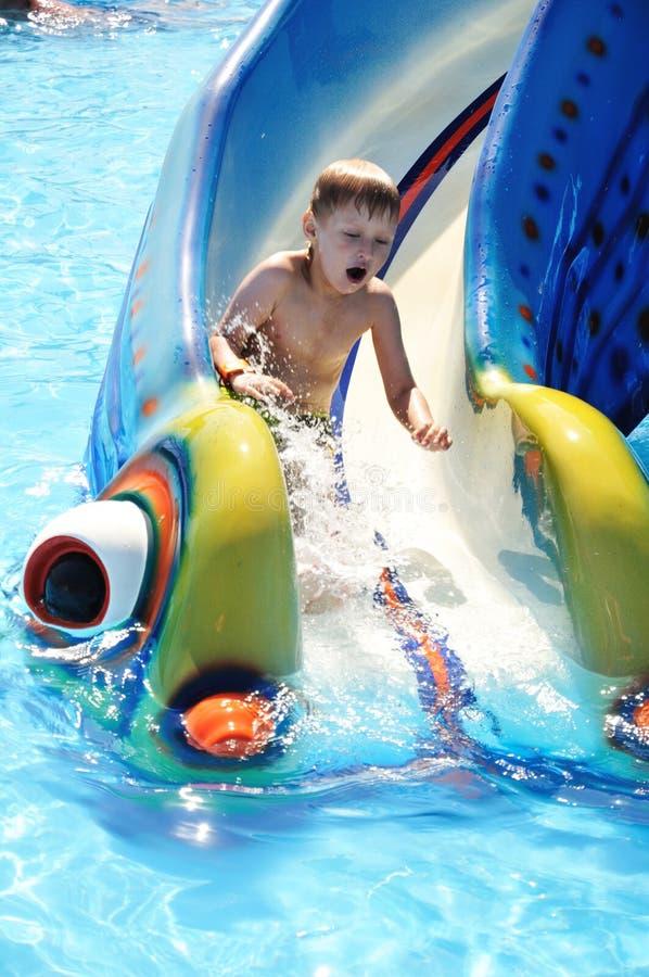 Kind auf WaterSlide stockfotos