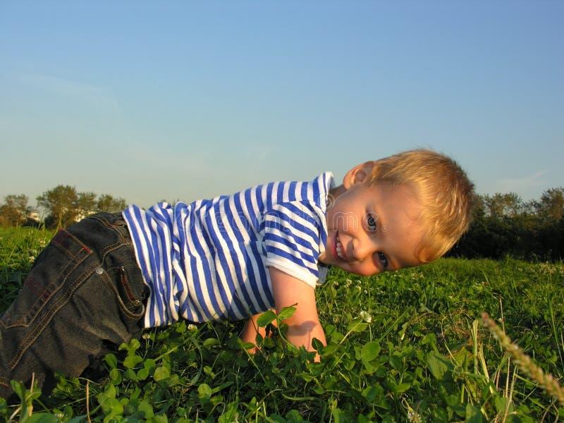Kind auf Wiese stockfotografie