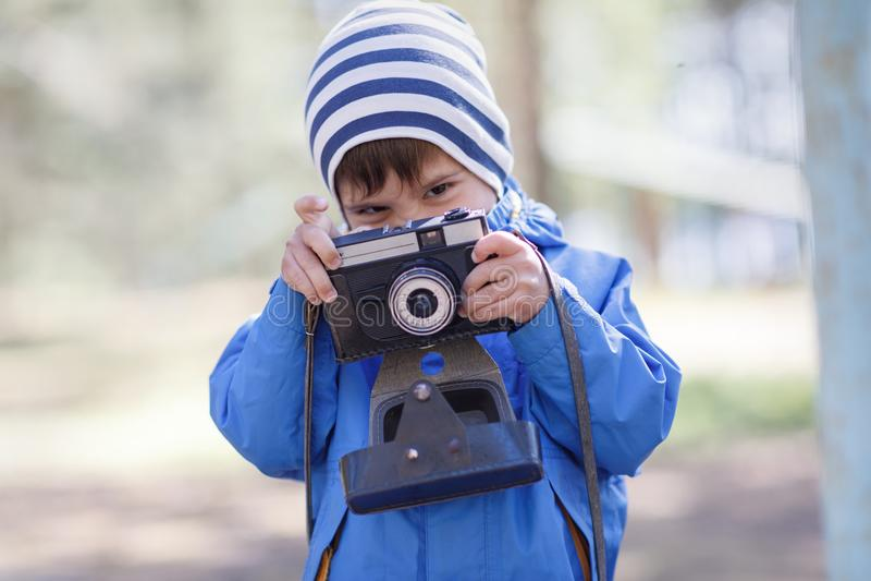 Kind, Baby mit Kamera stockbilder