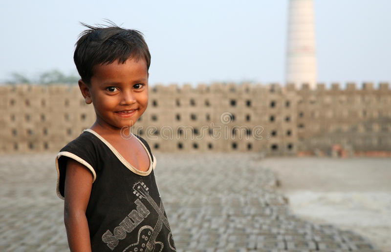 Kind in baksteenfabriek stock foto's