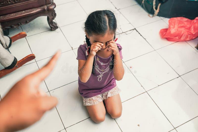 Kind beim Schreien gescholten lizenzfreie stockbilder