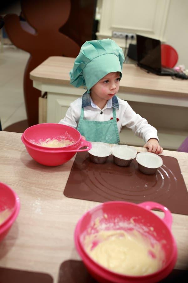 Kind bereitet Teig zu lizenzfreies stockfoto