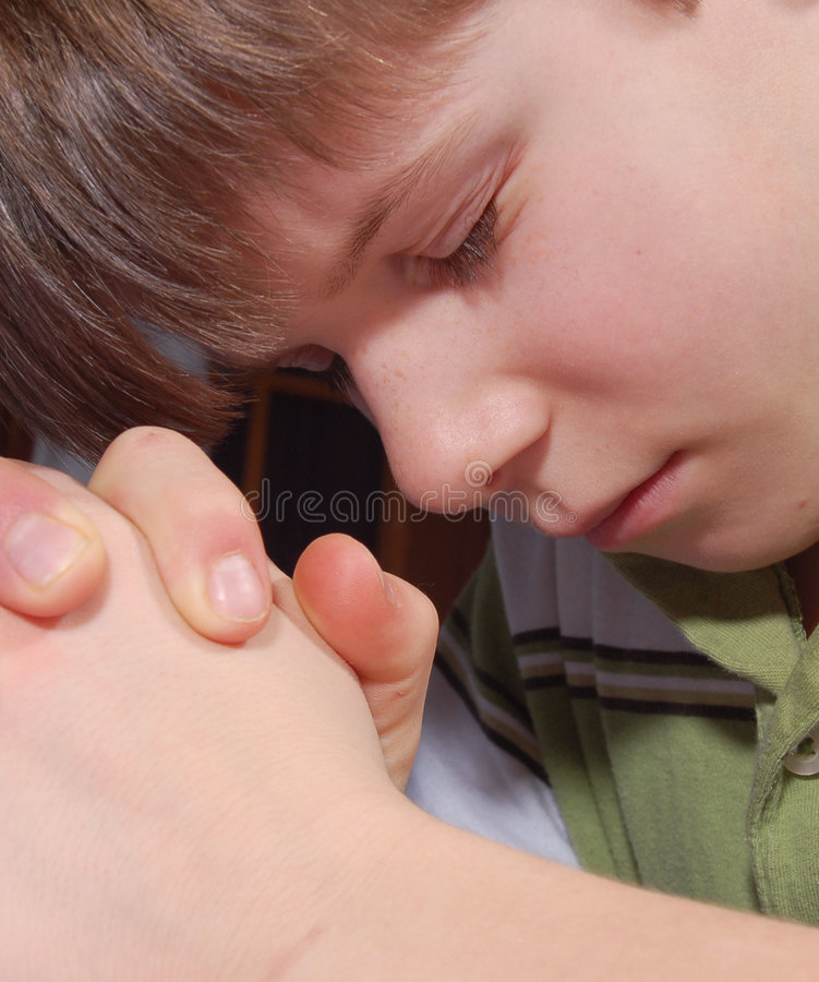Kind-Beten lizenzfreies stockbild