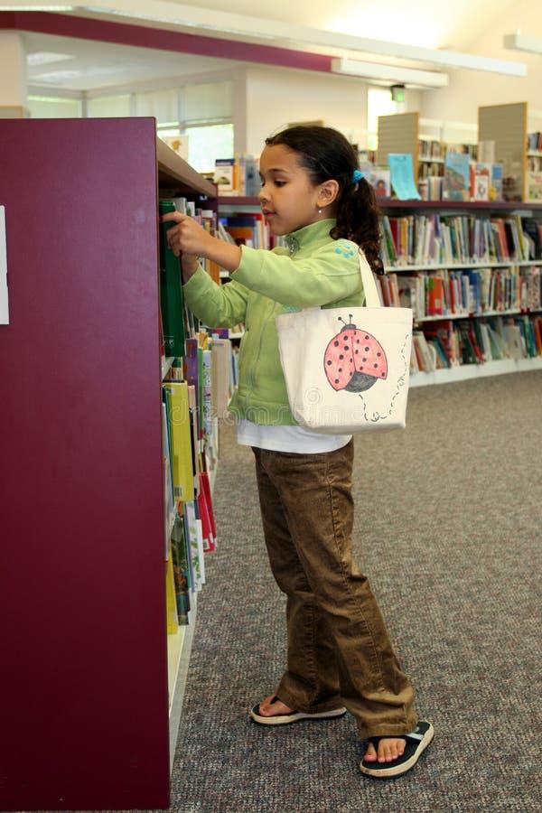 Kind in Bibliotheek royalty-vrije stock fotografie