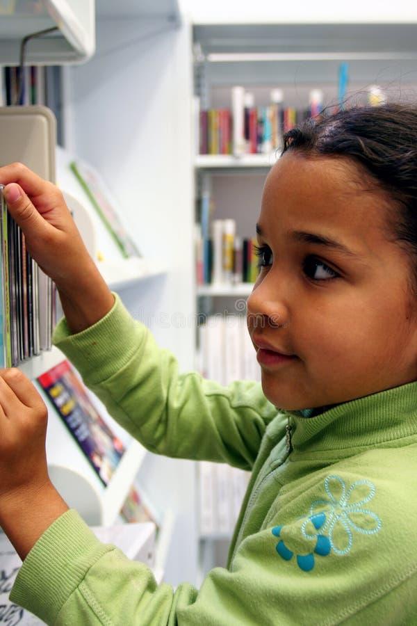 Kind in Bibliotheek royalty-vrije stock foto's