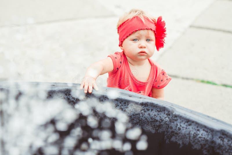 Kind bij de fontein royalty-vrije stock fotografie