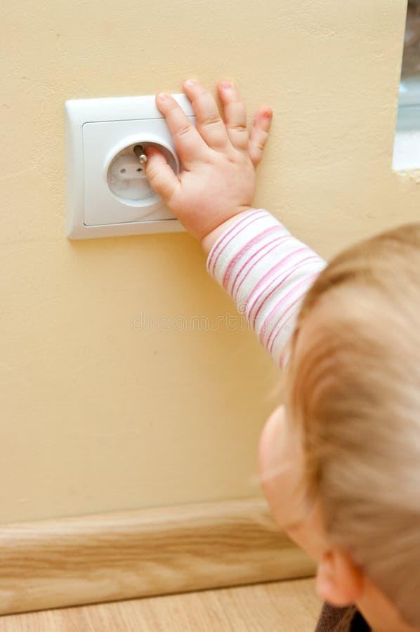 Kind bij elektrische contactdoos royalty-vrije stock afbeelding