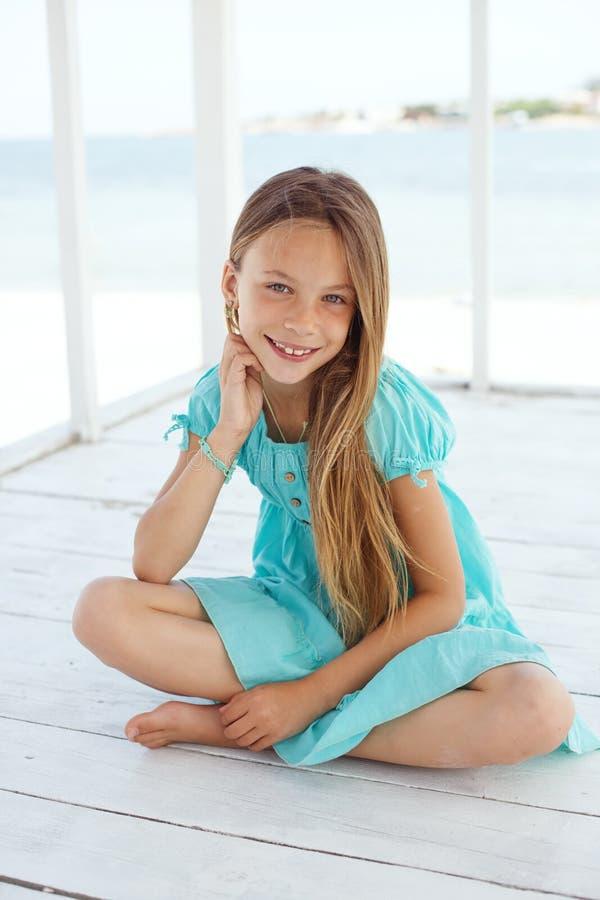 Kind bij het strand stock fotografie