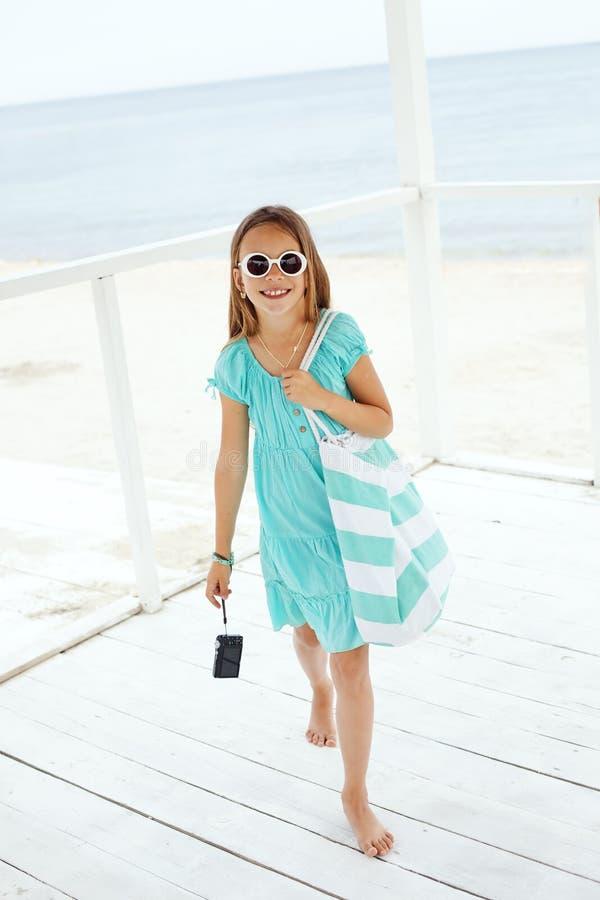 Kind bij het strand stock afbeeldingen
