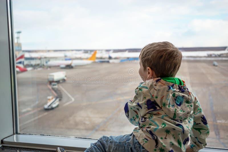 Kind bij het venster in luchthaven royalty-vrije stock foto's