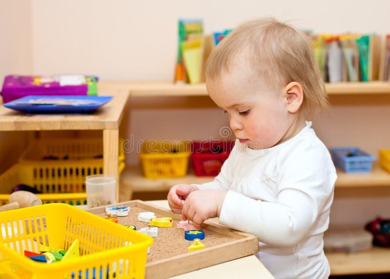 Kind bij kinderdagverblijf stock foto's