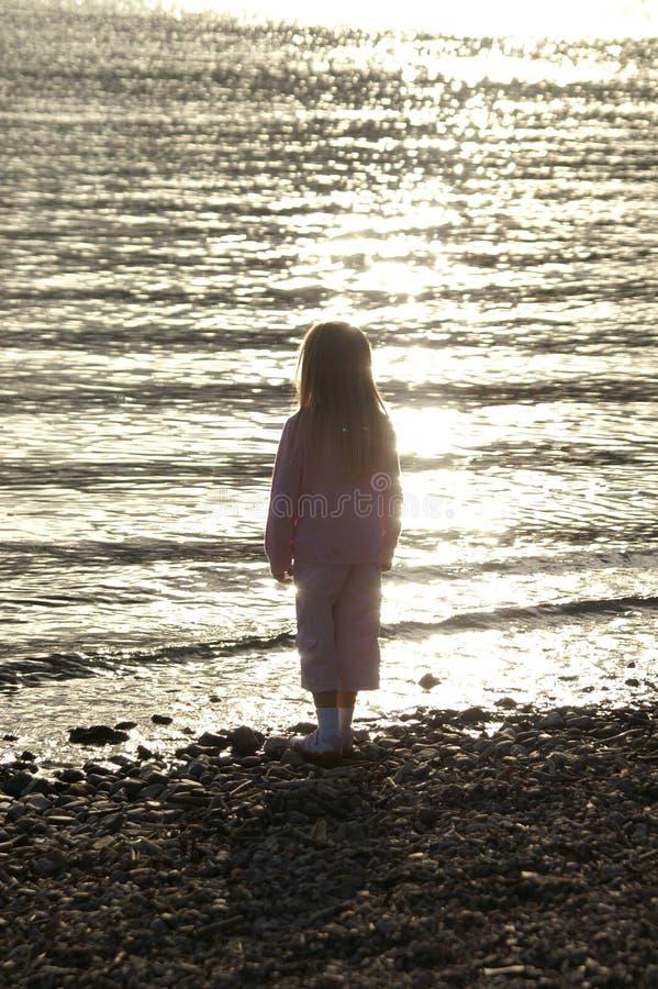 Download Kind bij zonsondergang stock afbeelding. Afbeelding bestaande uit meisje - 283063