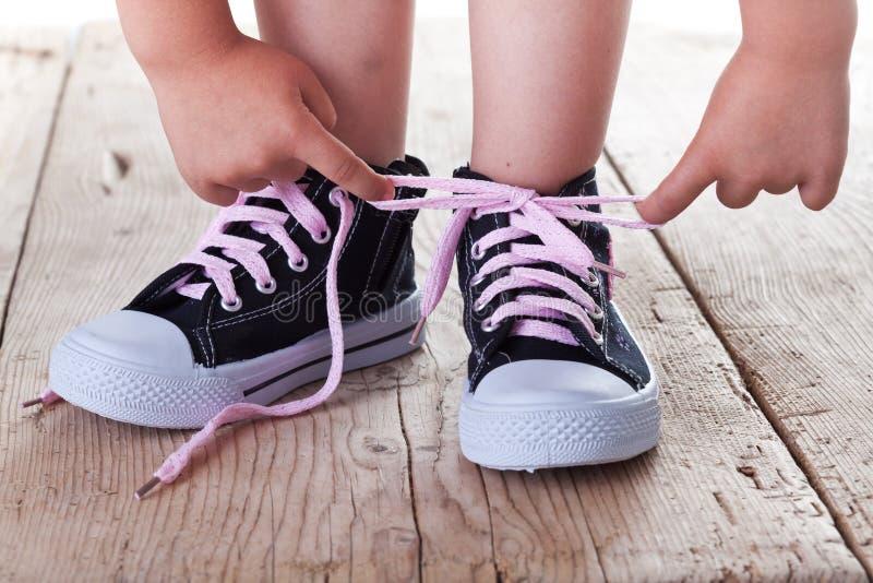 Kind bindet erfolgreich Schuhe stockbilder