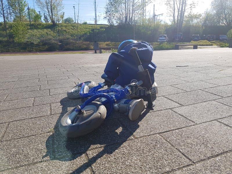 Kind blauwe fiets na ongeval op de straat royalty-vrije stock foto's