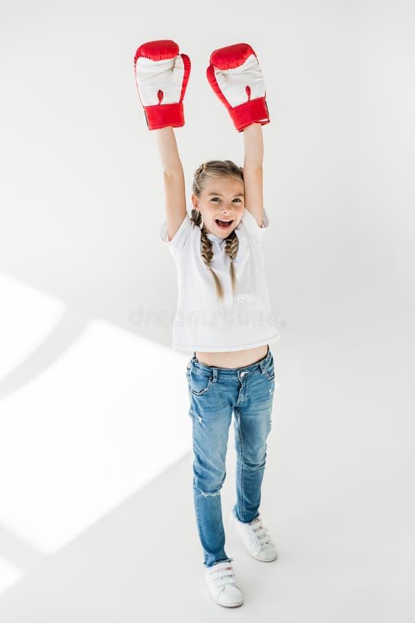 Kind in bokshandschoenen stock foto