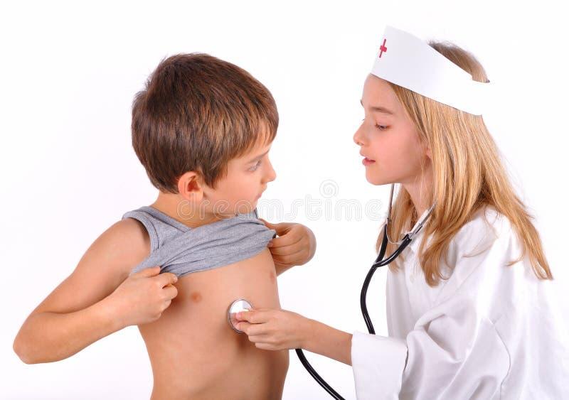 Kind-Bruder und Schwester, die Doktor spielen lizenzfreies stockbild