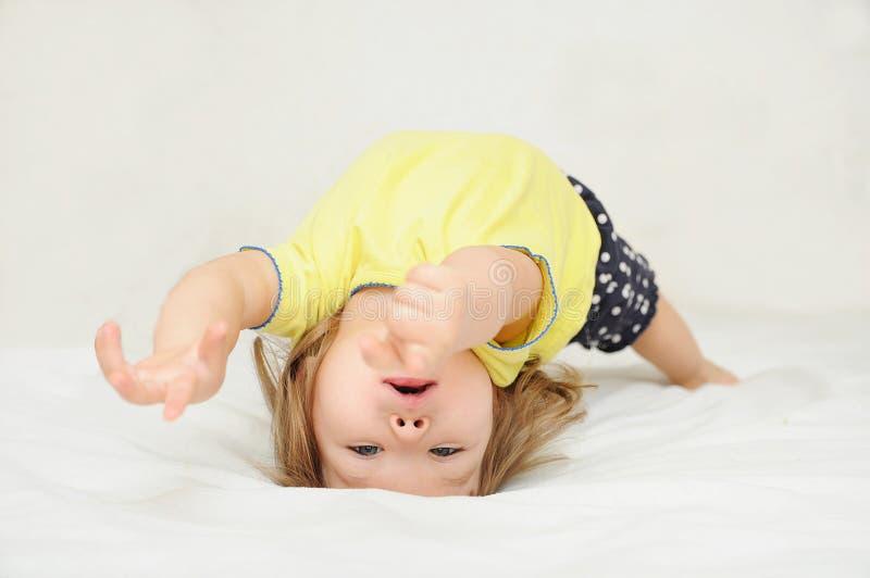 Kind dansen die op rug, authenticiteit het bewegen liggen zich stock foto's