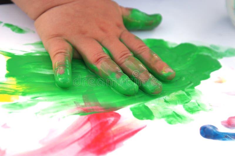 Kind, das 2 malt lizenzfreie stockbilder